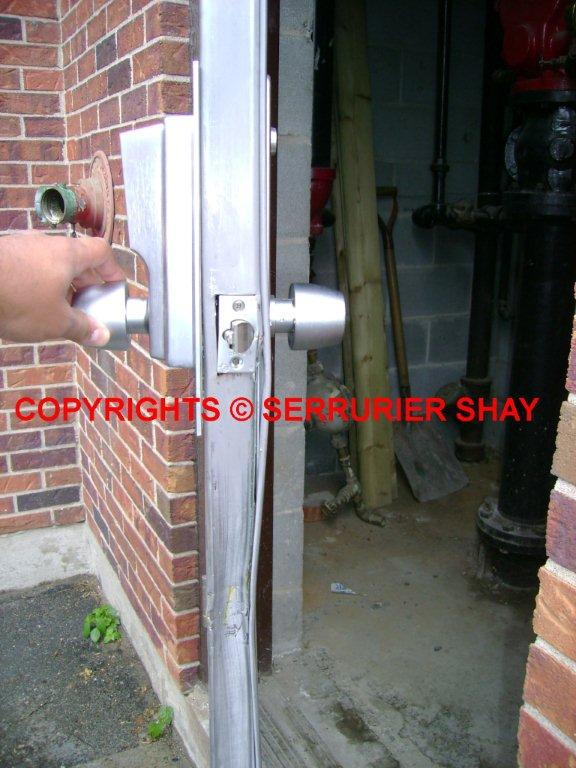 BREAK-IN IN COMMERCIAL METAL DOOR VOL PAR EFFRACTION